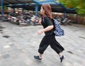 """Thi THPT quốc gia 2019: Thí sinh đến muộn """"chạy marathon"""" vào trường nhận phòng thi"""