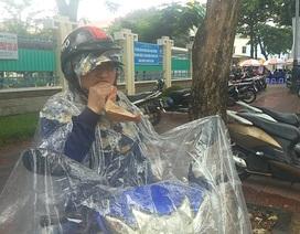 """Phụ huynh """"đội mưa"""" chờ con thi Văn"""