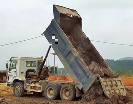 Kinh hoàng phát hiện thi thể người nằm lẫn trong đất trên thùng xe tải