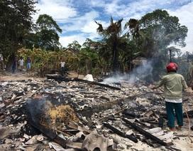 Con trai kịp bế mẹ già 93 tuổi thoát khỏi ngôi nhà cháy dữ dội