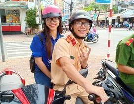 Chiến sĩ công an điển trai hỗ trợ thí sinh xe ôm miễn phí hút sự quan tâm