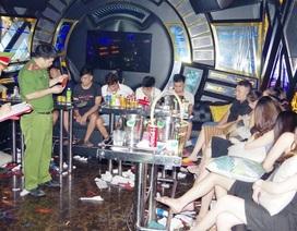 """Bắt 28 nam nữ đang """"bay lắc"""" trong quán karaoke"""