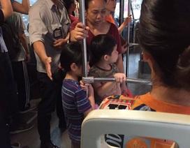 """Đỡ 3 bà cháu xuống xe, nhân viên xe buýt Hà Nội """"gây sốt"""" vì hành động tinh tế"""