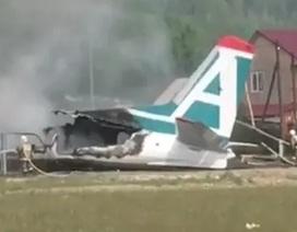 Nga: Máy bay chở 50 người gặp nạn, bốc cháy ngùn ngụt