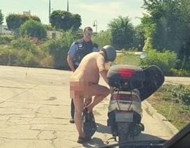 Khỏa thân lái xe vì trời nắng nóng