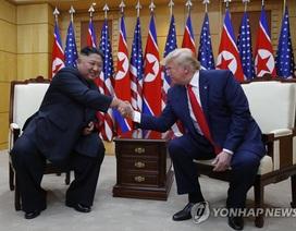 """Bước chân """"lịch sử"""" và những bất ngờ trong cuộc gặp Trump-Kim tại DMZ"""