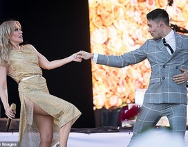 Kylie Minogue thay 5 bộ đồ ấn tượng trình diễn tại Anh