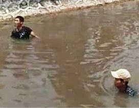 Đạp xe qua cầu, 2 học sinh ngã xuống sông tử vong