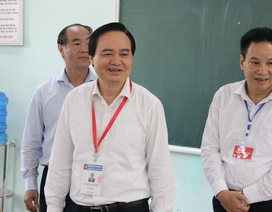 Bộ trưởng Phùng Xuân Nhạ kiểm tra công tác chấm thi tại Hà Giang