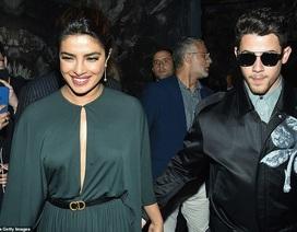 Nick Jonas hạnh phúc đưa vợ hơn 10 tuổi đi xem thời trang
