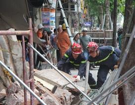 Cận cảnh ngôi nhà 2 tầng bị sập trên phố Hàng Bông