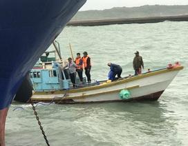 Sóng to gió lớn gây khó khăn cho công tác giải cứu tàu chở dầu bị chìm