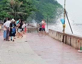 Bất chấp sóng to, nhiều du khách ra bờ biển Đồ Sơn đùa giỡn, chụp ảnh