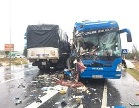Xe tải va chạm xe container rồi đâm trực diện xe khách, 10 người bị thương