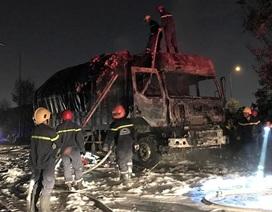 Xe chở vải vụn cháy dữ dội sát trụ sở Cảnh sát PCCC