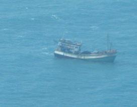 Tàu cá hỏng máy cùng 6 ngư dân trôi dạt suốt 9 ngày trên biển