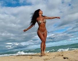 Nicole Scherzinger bốc lửa trên biển Hawaii