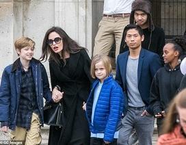 Angelina Jolie ăn vận đơn giản đưa con ra phố