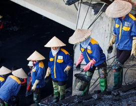 """Nữ công nhân môi trường """"đội"""" nắng nóng nạo vét sông Tô Lịch"""