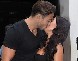 Yazmin Oukhellou tình tứ hôn bạn trai trên phố