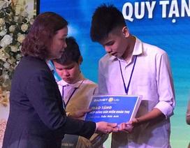 """Con trai nữ lao công bị xe """"điên"""" tông tử vong nhận 2 hợp đồng bảo hiểm của Bảo Việt Nhân Thọ"""