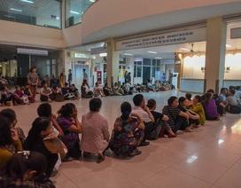 Sợ nắng nóng, người dân xếp hàng chờ khám bệnh từ 5h sáng