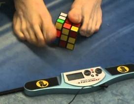 Kỷ lục giải rubik 3x3 bằng chân trong 16,9 giây
