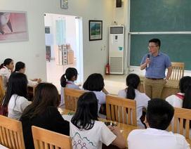 Giáo sư Ngô Bảo Châu dạy toán cho học sinh có hoàn cảnh khó khăn