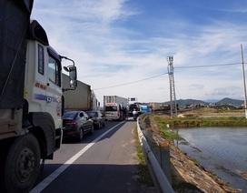 Xe container tông xe 7 chỗ trên cầu Gianh, quốc lộ 1A ùn tắc gần 5 km