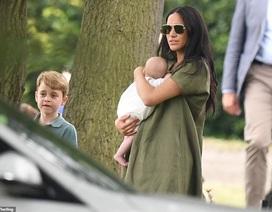 Công nương Meghan Markle bế con đi xem chồng chơi polo