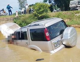 Ô tô lao xuống hố nước, tài xế tử vong, 4 người bị thương