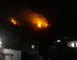 Núi Bà Hỏa cháy dữ dội trong đêm tối