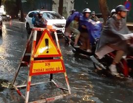 """Mưa như trút nước, người dân Thủ đô """"lặn lội"""" vượt """"ngập"""" giờ tan tầm"""