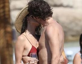 Alessandra Ambrosio diện bikini tình tứ bên bạn trai
