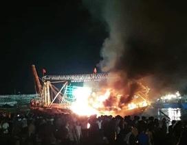 Tàu cá bất ngờ bốc cháy trong đêm