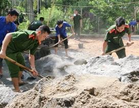Bí thư TƯ Đoàn thăm, tặng quà đội hình tình nguyện tại huyện miền núi xứ Thanh
