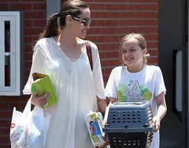 Angelina Jolie đưa con đi mua thỏ