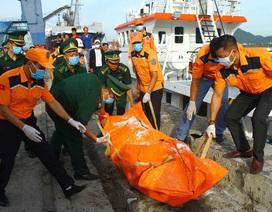 Đưa 2 thi thể phát hiện gần tàu cá bị chìm vào bờ để nhận dạng