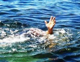 Người mẹ chết lặng khi phát hiện 2 con nhỏ đuối nước dưới ao
