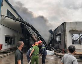 Xưởng mút xốp gần cây xăng bốc cháy dữ dội, hỗn loạn khu dân cư