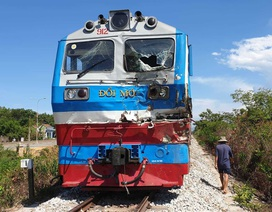 Tàu hỏa tông xe tải văng xa 10m, tài xế trọng thương