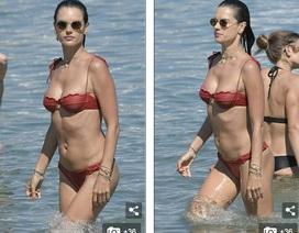 Alessandra Ambrosio vui đùa cùng con trên biển