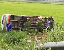 Xe buýt lao xuống ruộng, 4 người thương vong