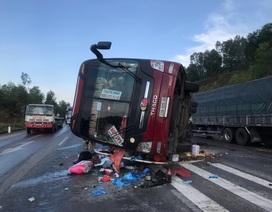 Xe khách tự gây tai nạn, ít nhất 4 người nhập viện