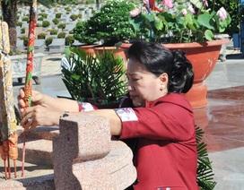 Chủ tịch Quốc hội Nguyễn Thị Kim Ngân viếng Nghĩa trang liệt sĩ Vĩnh Long