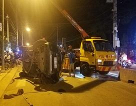 Ô tô lật ngửa, người dân cạy cửa cứu 7 người mắc kẹt bên trong