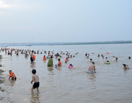 """Bất chấp biển cấm, hàng trăm người đổ ra bãi cát ven sông Hồng tắm """"giải nhiệt"""""""