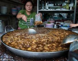 Độc đáo món bò hầm liên tục trong gần nửa thế kỷ tại Thái Lan!
