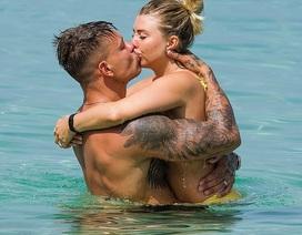 Cặp vợ chồng xăm trổ tình tứ trên biển