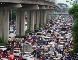 Người Hà Nội vật vã về nhà vì đường tắc cứng sau trận mưa lớn